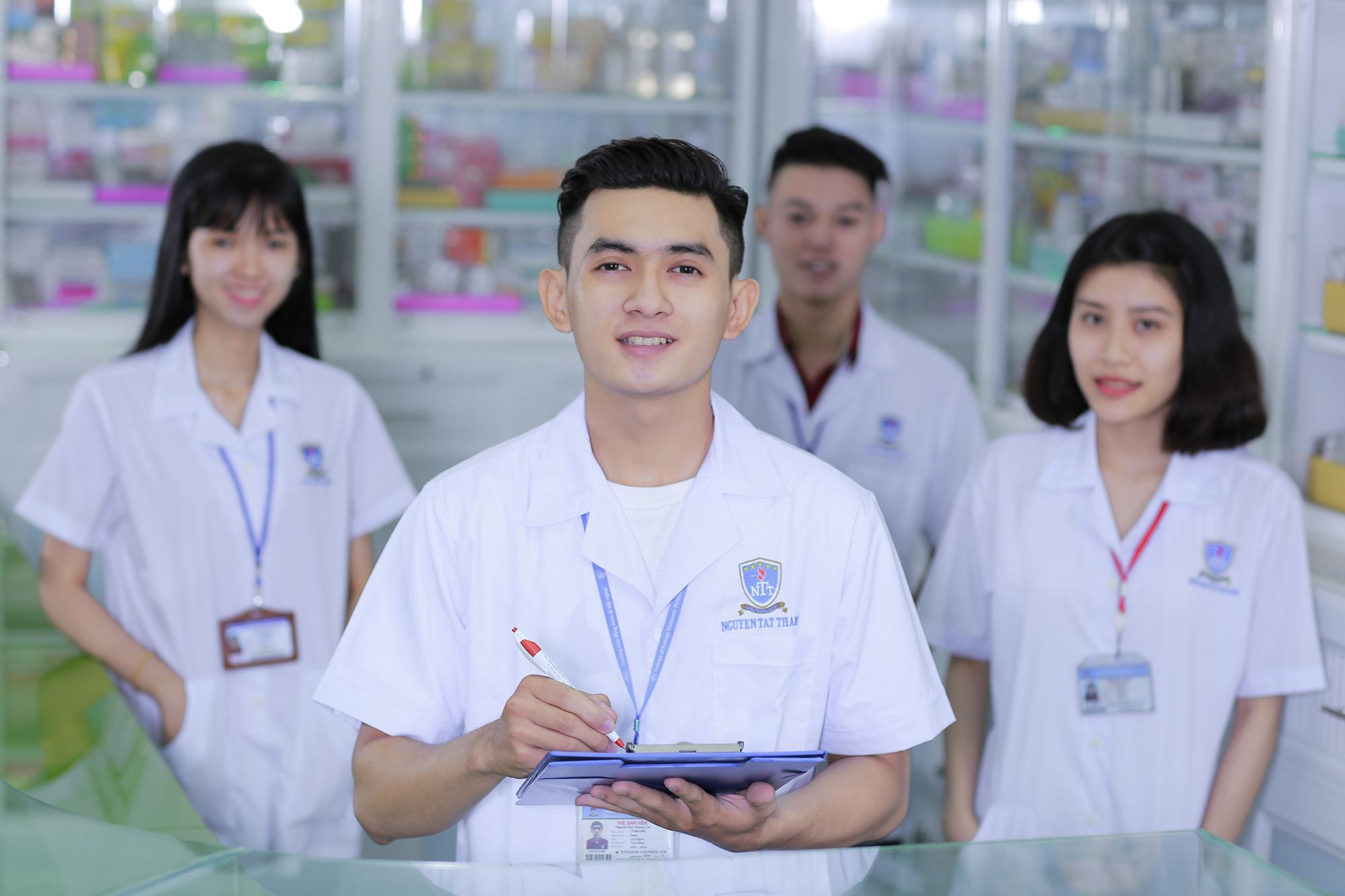 Ngày nhiều học sinh THPT đăng ký tuyển sinh cao đẳng Dược Hà Nội