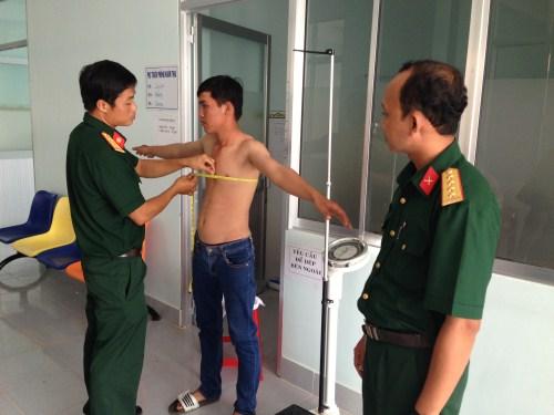 Thí sinh tham gia đo cân nặng, chiều cao, vòng ngực để xét tuyển vào các trường quân đội