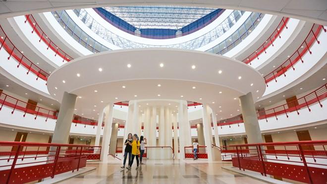 Choáng ngợp với tòa nhà thế kỳ của trường kinh tế quốc dân