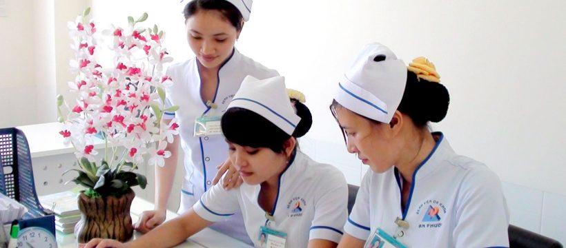 Điều dưỡng viên là người làm công tác chăm sóc, kiểm tra tình trạng sức khỏe người bệnh